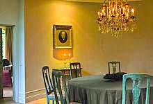 Listwa przypodłogowa gięta oraz rozety w salonie